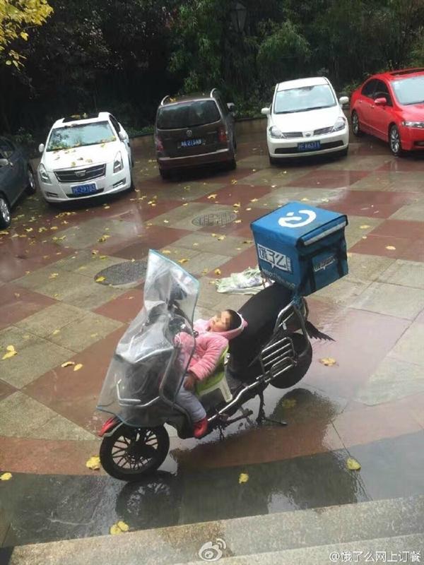 3 岁女孩雨天睡电动车:背后真相让人心酸