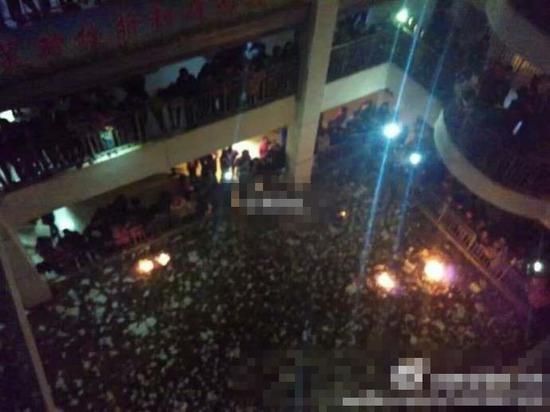 中学禁办班级元旦晚会 近千学生烧书抗议