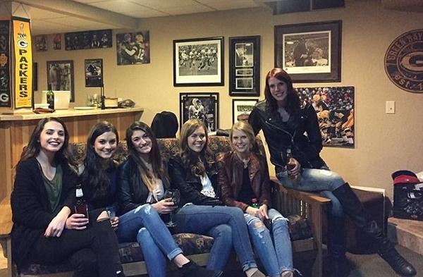 六位美女合照只有五双腿:到底谁的腿少了?