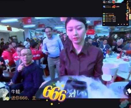 小米年终家宴美女服务员走红 男网友刷爆屏
