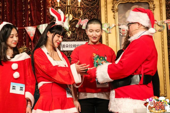 火猫《少女学园》狂欢圣诞趴,女神激战猪队友